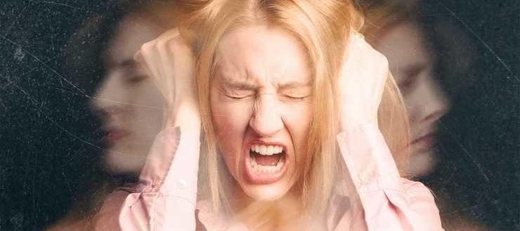 Девушка кричит