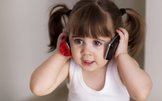 Ребенок боится разговаривать по телефону. Как ему помочь?